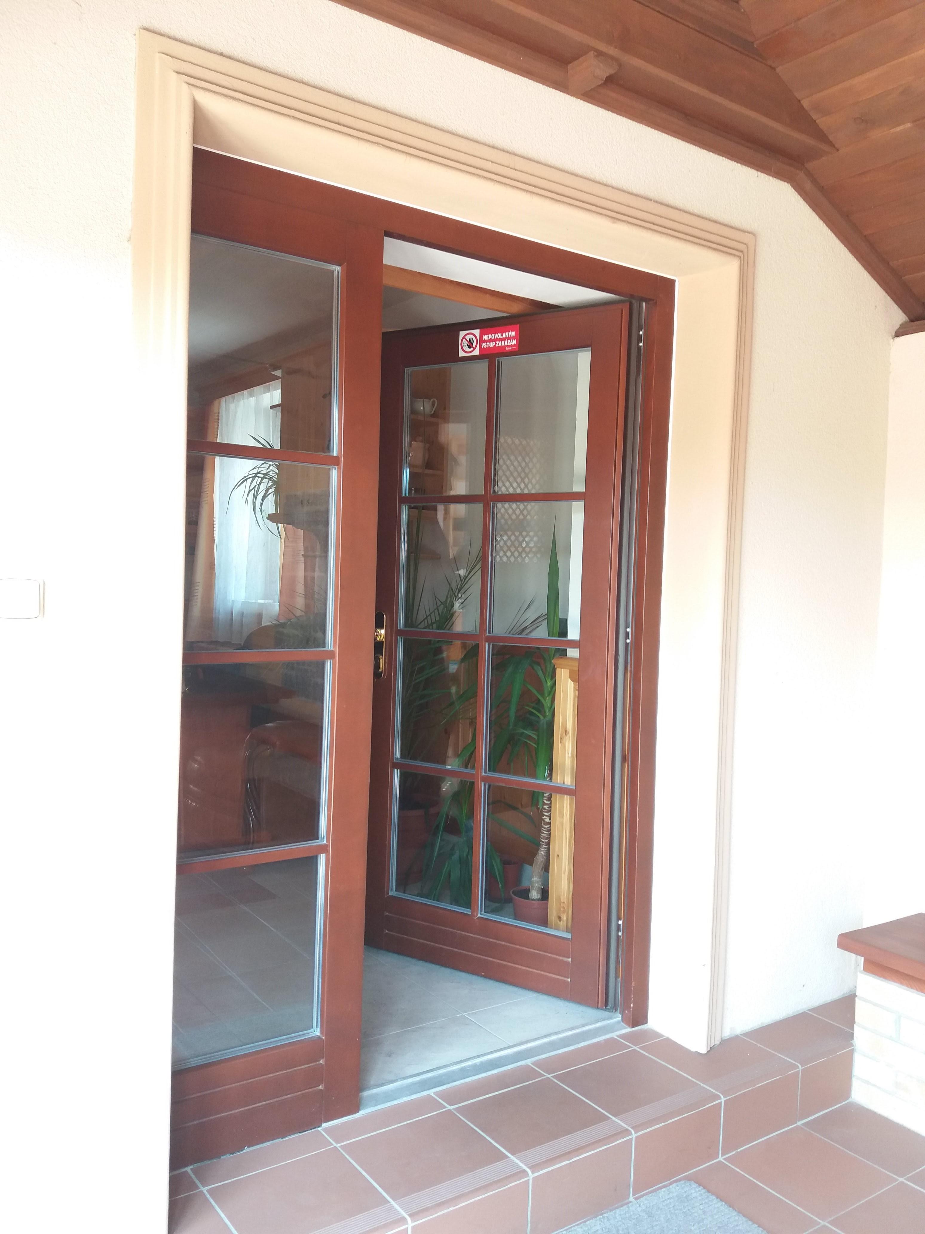 Hlavní vstupní dveře do penzionu