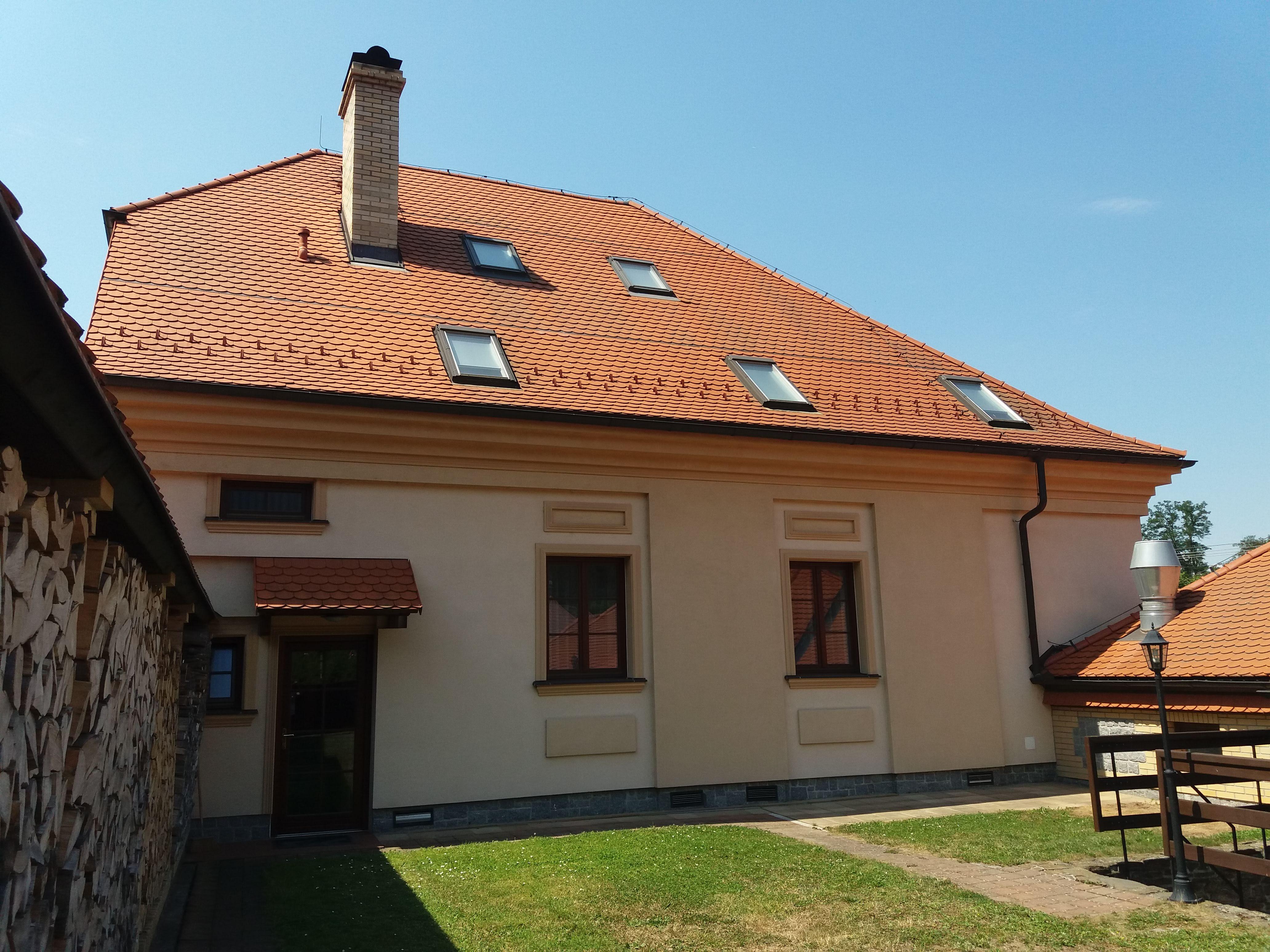 Hlavní budova penzionu, pohled ze zahrady