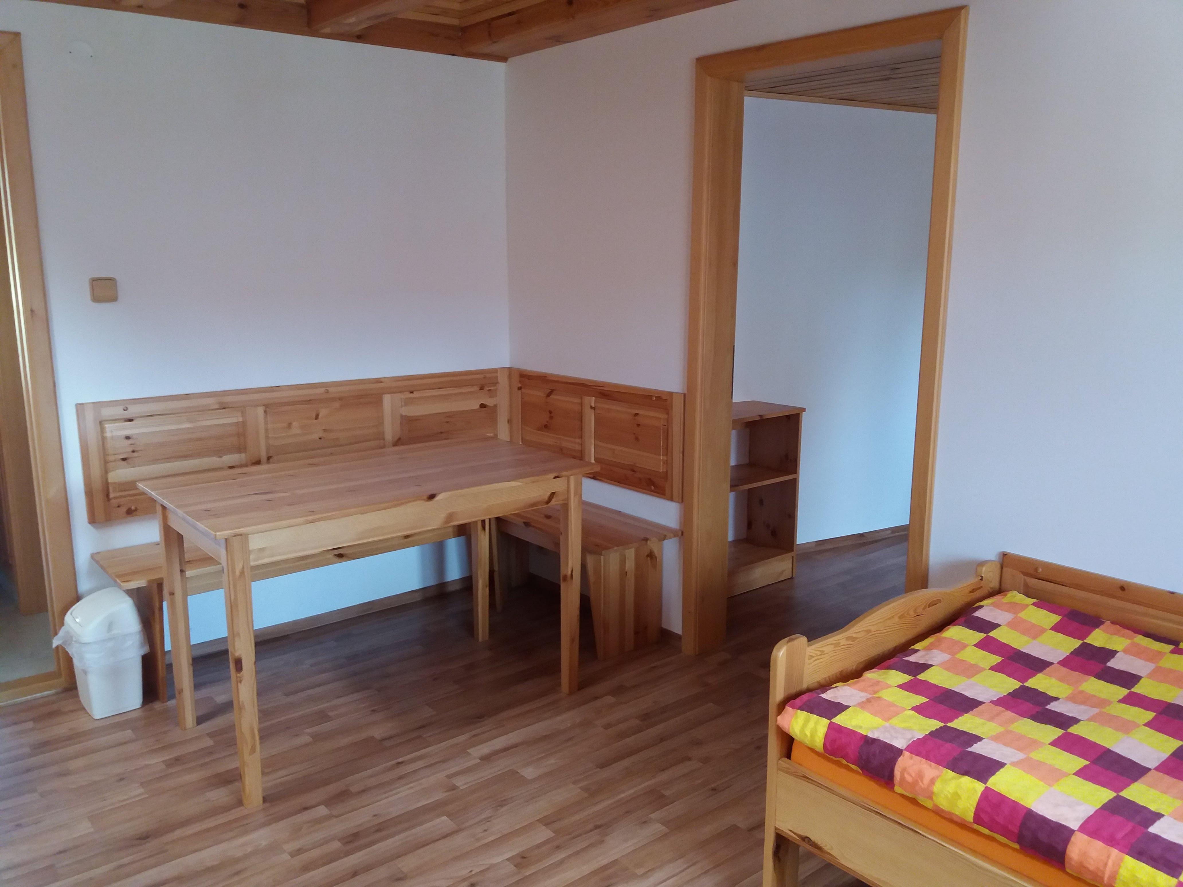Jídelní stůl, vpravo dveře do druhé ložnice
