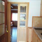Posuvné dveře mezi kuchyňským koutem a další místností
