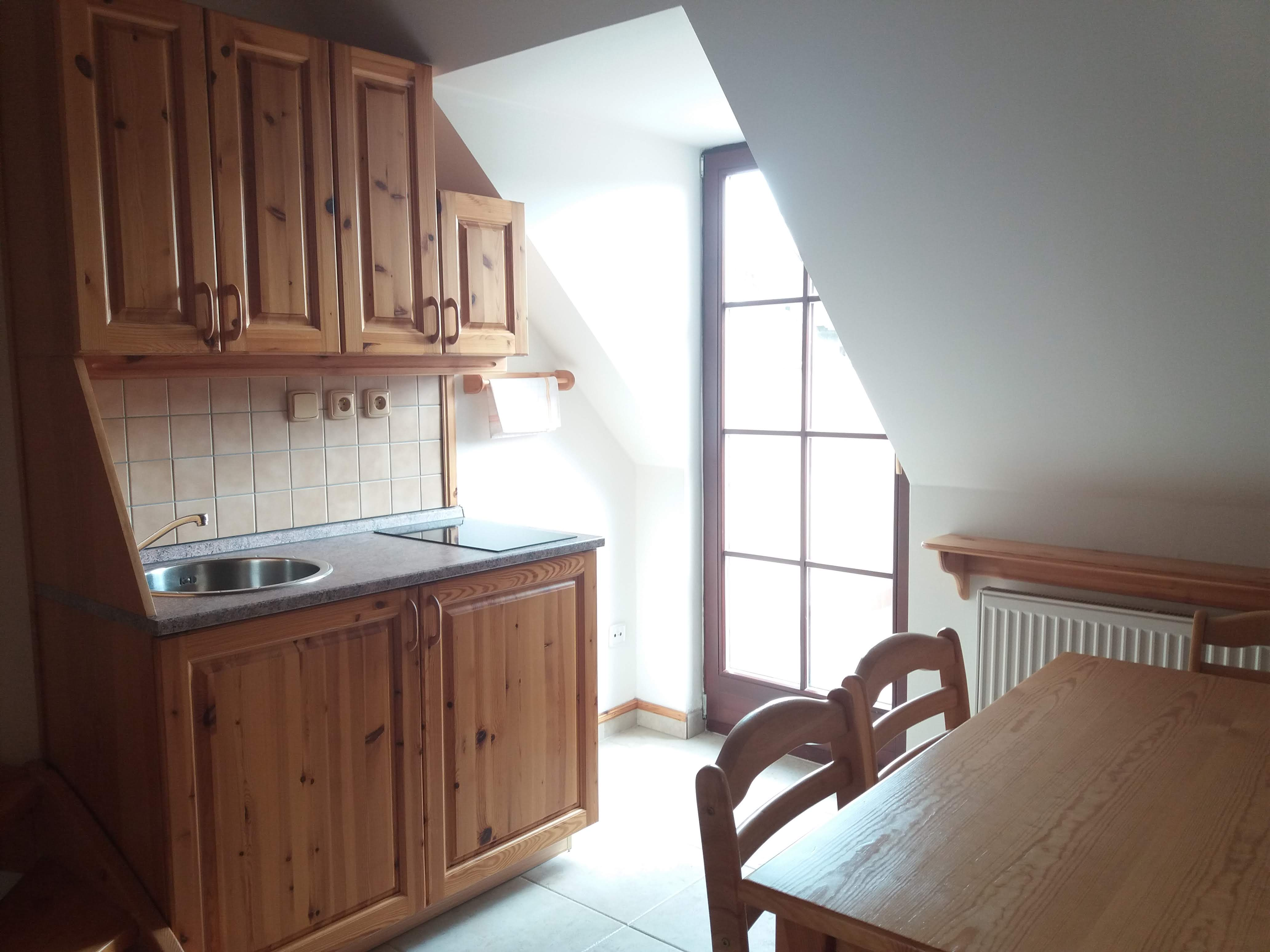 Jídelní stůl, kuchyňský kout a vstup na balkón