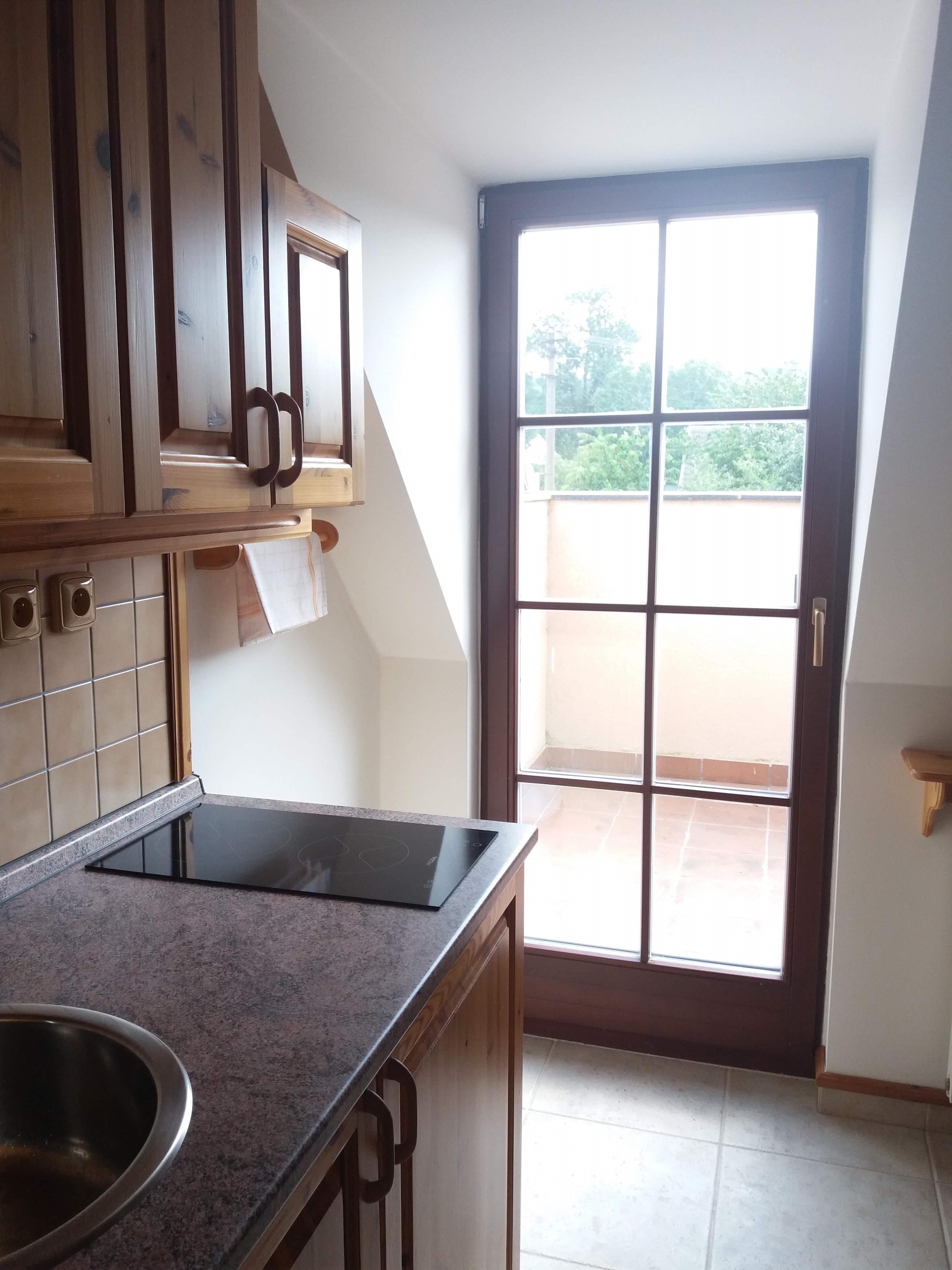 Kuchyňský kout a vstup na balkón