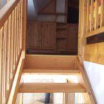 Schody do podkrovní části pokoje (ložnice)