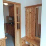 Kuchyňský kout je oddělený pouzdrovými dveřmi