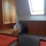 Úložné prostory v podkrovní části pokoje