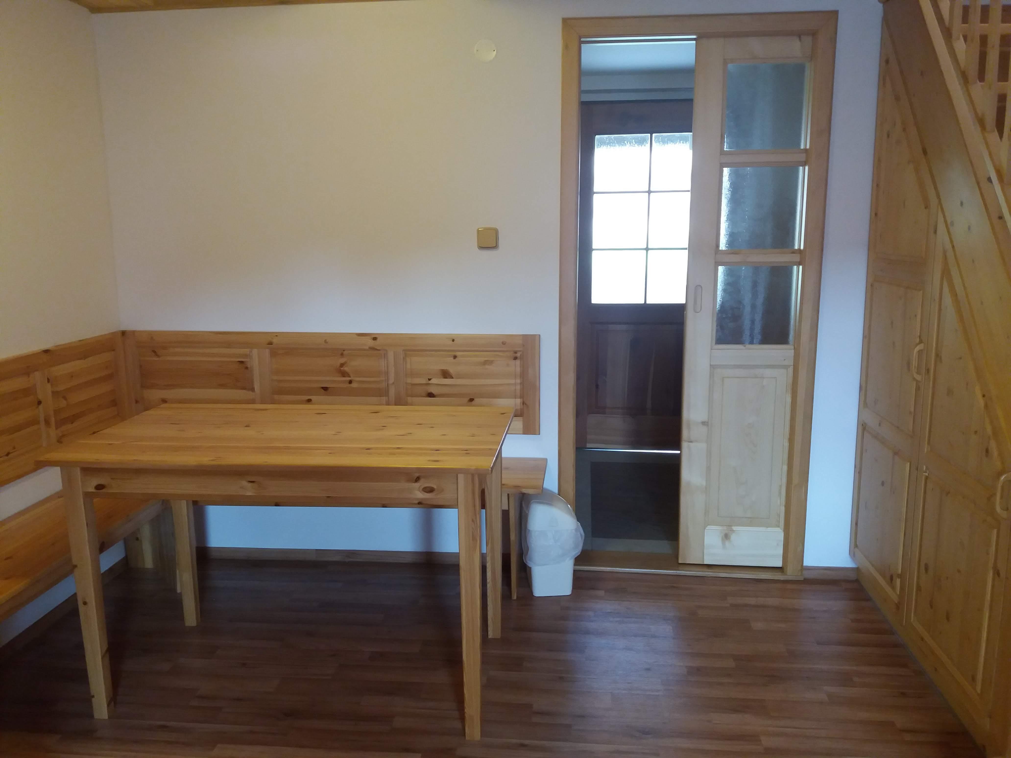 Jídelní stůl a posuvné dveře oddělující kuchyňský kout
