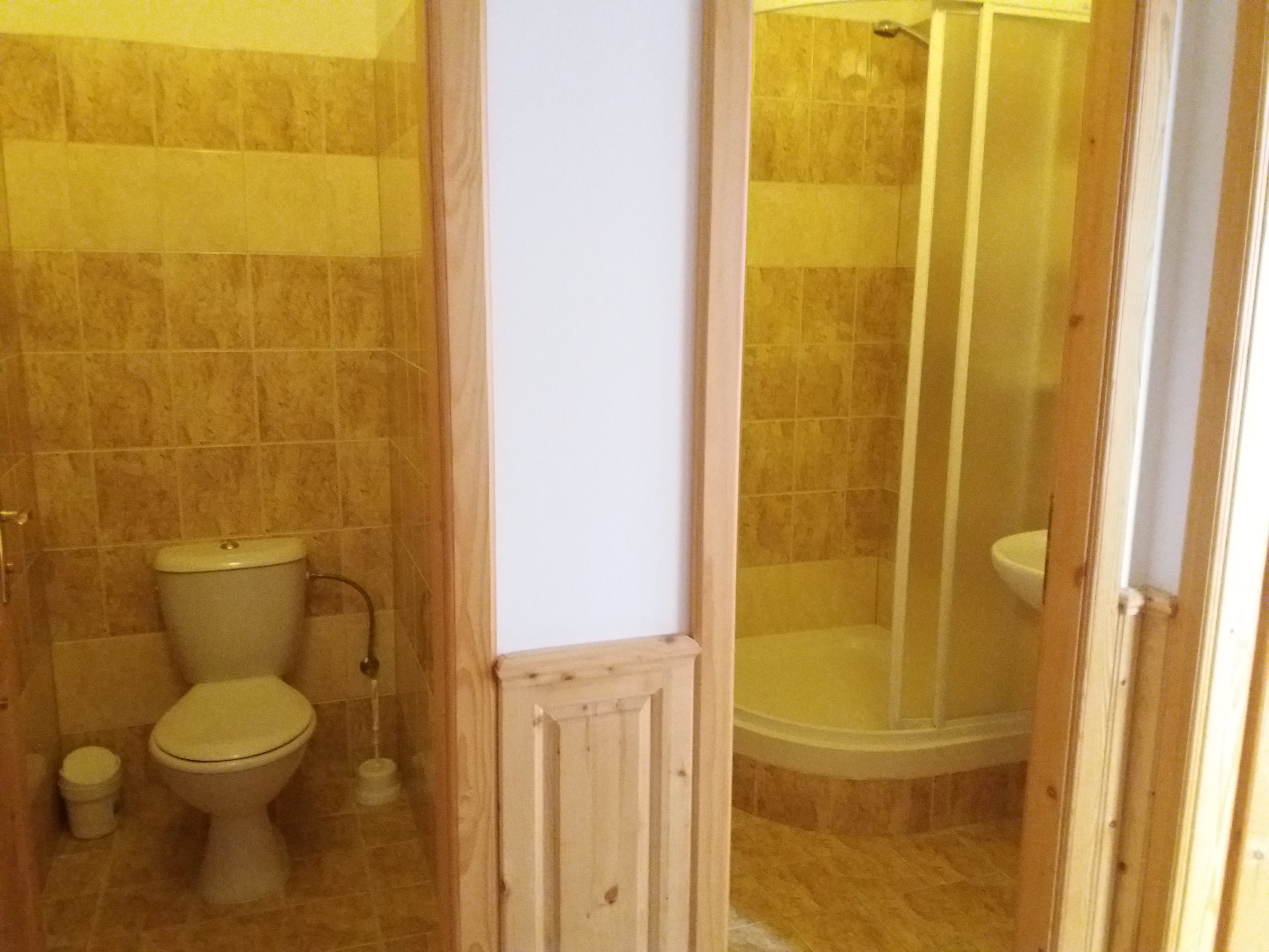 Oddělená koupelna a WC