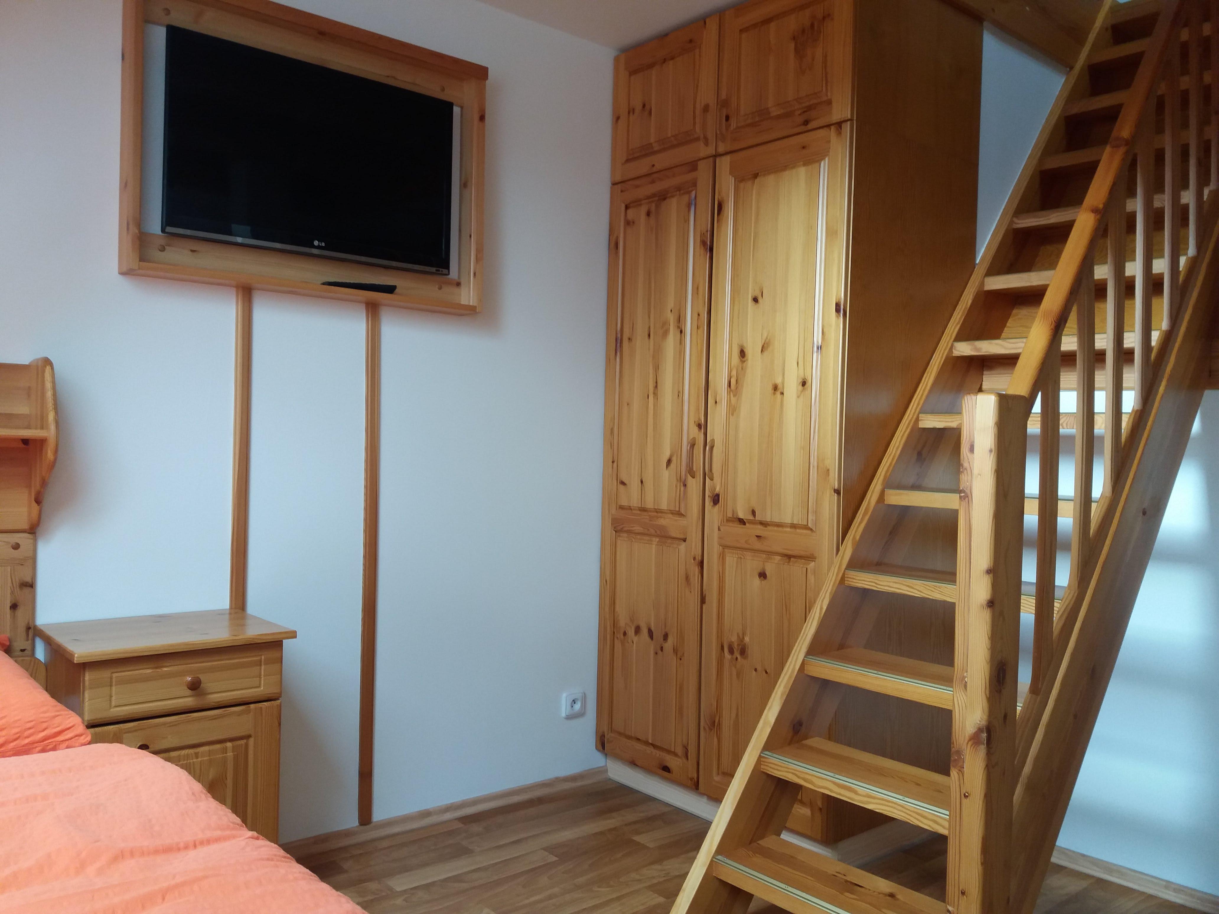 Skříň a schody do podkrovní části pokoje