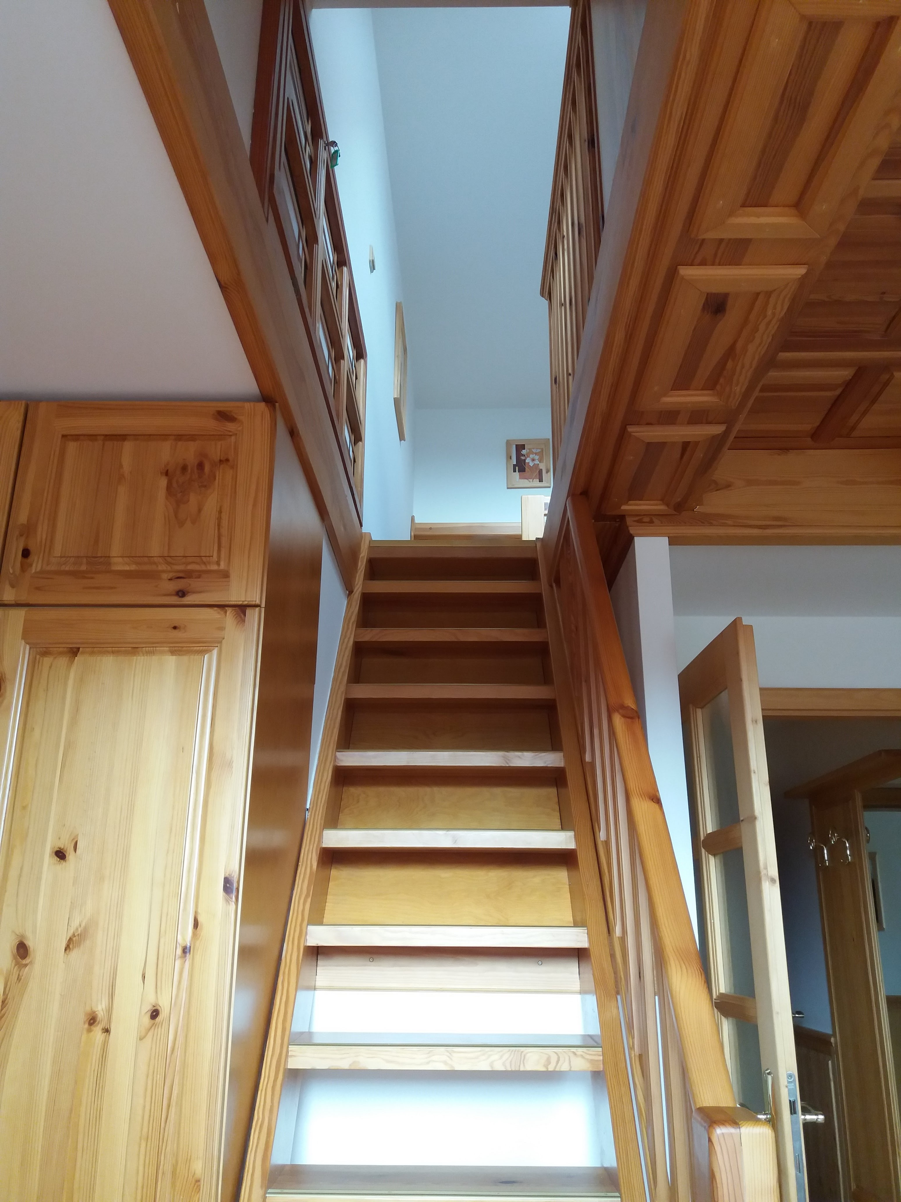 Otevřené schody do podkrovní části pokoje - varianta třílůžkový pokoj